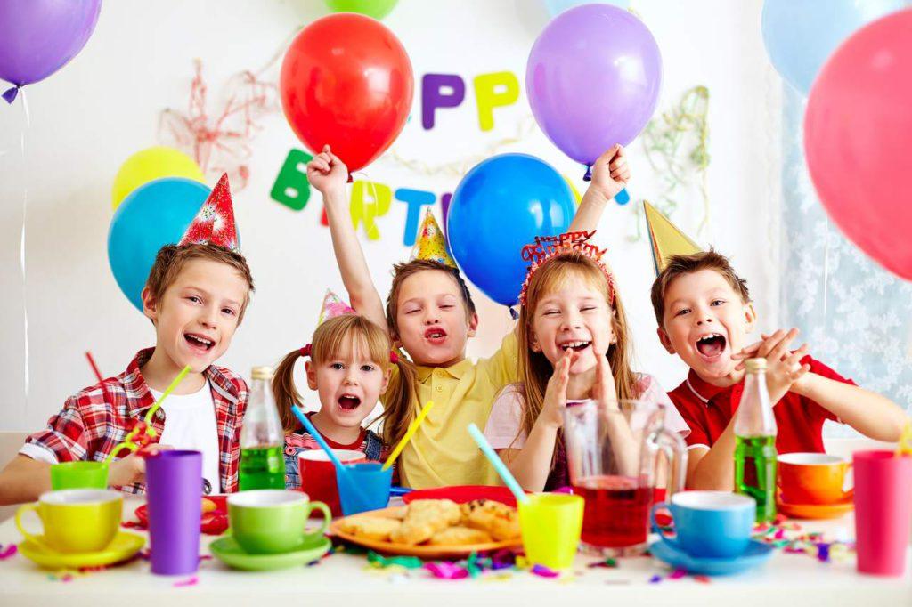 születésnapi parti Smile Lufi, Parti kellék és Ajándék, az Ünnepek Áruháza boltja születésnapi parti